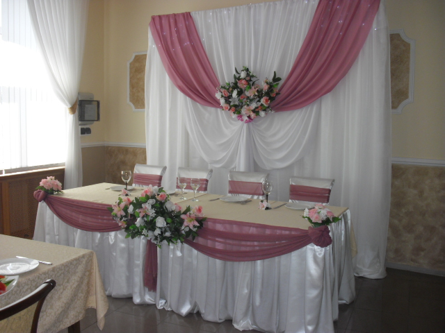 Как украсить место жениха и невесты своими руками